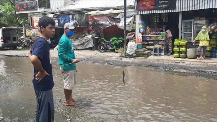 Jalan Tak Kunjung Diperbaiki, Warga Tamansari Tebar Puluhan Lele di Jalan Raya Sebagai Bentuk Protes