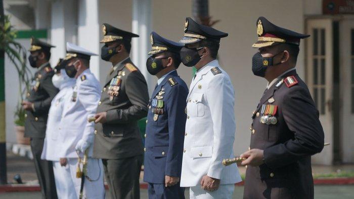 Usai apel berlangsung, Wakil Wali Kota Bogor, Dedie A. Rachim mengucapkan selamat kepada jajaran TNI atas bertambah usianya.