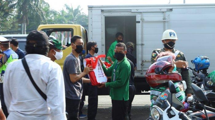 BREAKING NEWS - Berangkat ke Jakarta, Jokowi Bagikan Sembako di Sekitar Tugu Kujang Bogor
