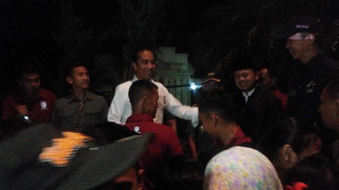 Jokowi Isi Malam Takbiran dengan Bagikan Sembako Untuk Warga di Depan Istana Bogor