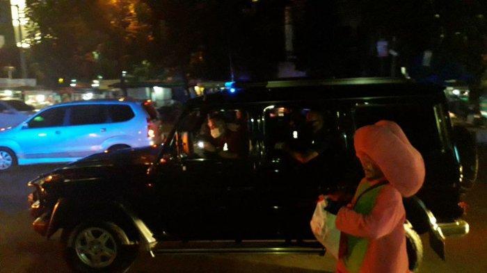 Lihat Rombongan Mobil Jokowi , Karsidi Berlari Pakai Kostum Badut untuk Dapat Sembako : Alhamdulilah