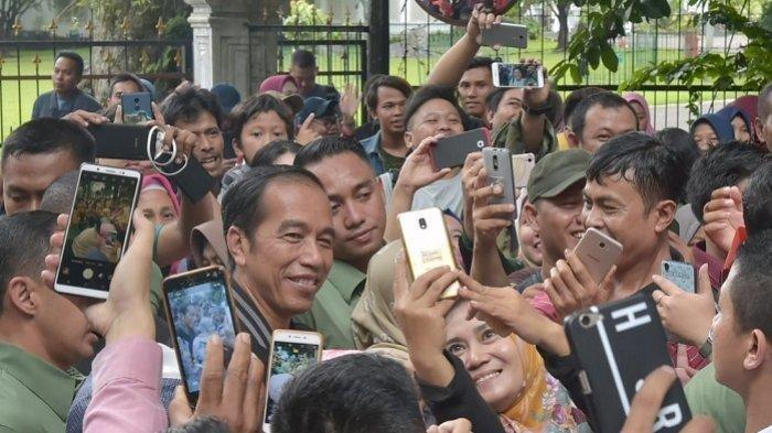Libur Tahun Baru 2019, Jokowi Jogging di Kebun Raya Bogor Sambil Menyapa Warga