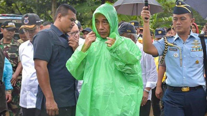 Gaya Jokowi Saat Beri Bantuan Korban Longsor Bogor, Uang Ratusan Juta Dimasukan ke Kantong Ini