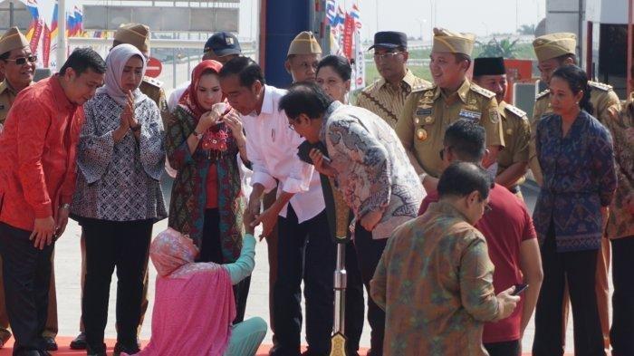 Pengawalan Paspampres Dibobol, Jokowi Kaget Ada Wanita Tiba-tiba Pingsan di Depannya