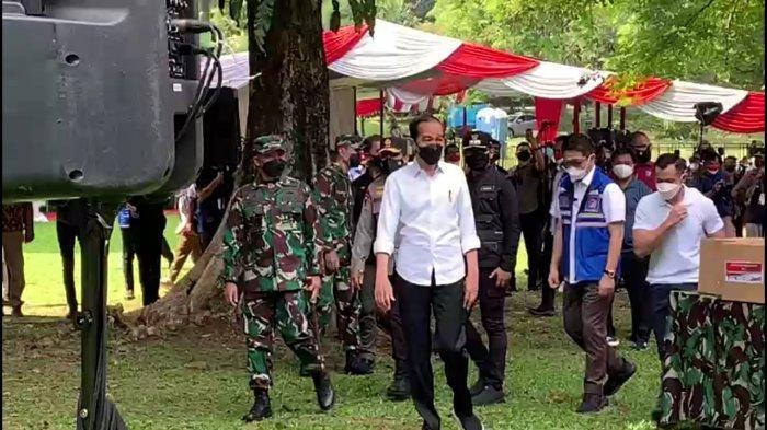 Presiden Joko Widodo (Jokowi) meninjau pelaksanaan vaksinasi massal di Kebun Raya Bogor, Sabtu (28/8/2021).