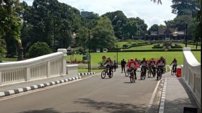 Sepedahan di Kebun Raya Bogor, Presiden Jokowi Sapa Pengunjung