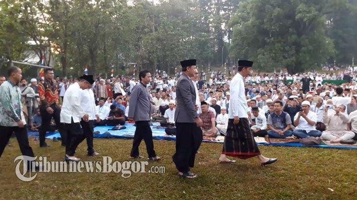 Pakai Sarung, Presiden Jokowi Shalat Idul Adha di Kebun Raya Bogor