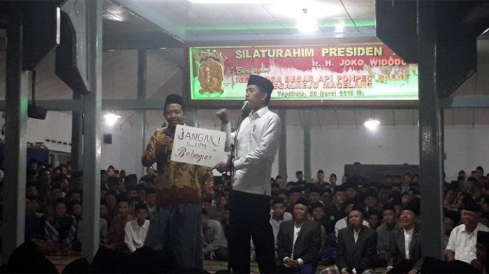 Santri Bawa Tulisan 'Jangan Lupa Bahagia' dan 'Ojo Nes' Bikin Jokowi Terkesima