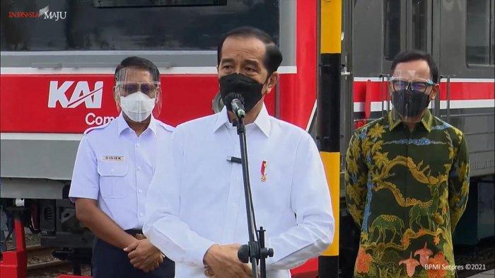 Presiden RI Joko Widodo (Jokowi) meninjau pelaksanaan vaksinasi bagi pengguna jasa Kereta Rel Listrik (KRL) Commuter Line di Stasiun Bogor, Kamis (17/6/2021) pagi.