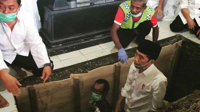 Moment Ketika Jokowi Turun ke Liang Lahat, Mengantar Kepulangan Ibunda