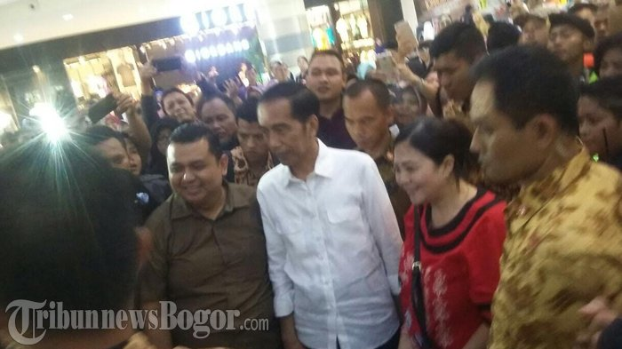 Tiba-tiba Muncul di CCM, Ratusan Pengunjung Heboh dan Berebut Ingin Foto Bersama Jokowi