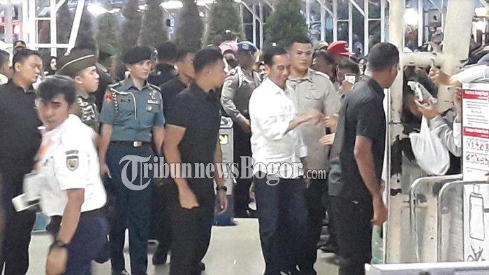 Keluar Dari Stasiun Bogor, Presiden Jokowi Hampir Jatuh, Ini Penyebabnya