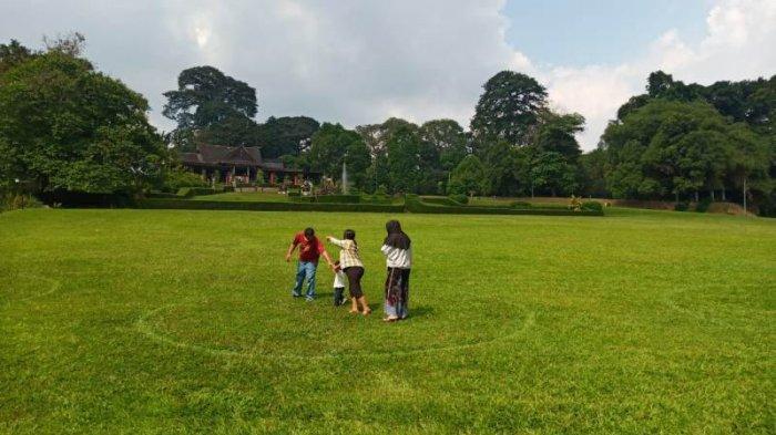 Suasana di dalam Kebun Raya Bogor