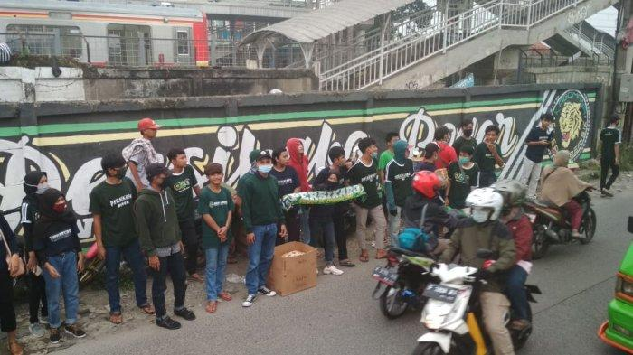 Berkerumun Saat PSBB, Kabomania Bagikan Takjil untuk Pengendara di Cilebut