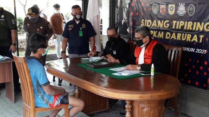 Pelanggar PPKM Darurat di Cibinong Bogor Langsung Disidang di Tempat, Hakim Bawa Palu Putuskan Denda