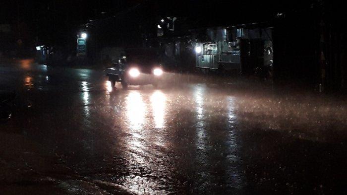 Hujan Deras Guyur Cibinong Malam Ini, Lalu Lintas Kendaraan di Jalan Karadenan Ramai Lancar