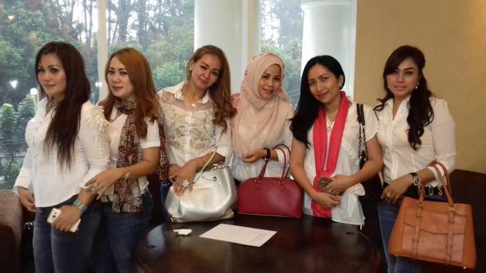 Kader Cantik Perindo Sambut Kedatangan Hary Tanoesoedibjo di Bogor
