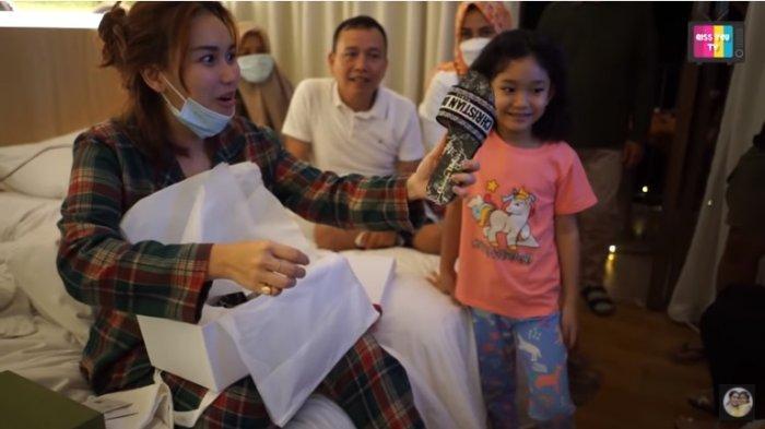 Kasih Kado Sandal Branded untuk Ayu Ting Ting, Bilqis Doakan Ibunya Nikah dengan Pria Ini