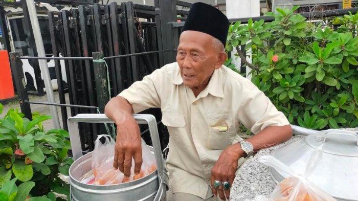 Kisah Kakek Ali Penjual Gemblong Ketan di Puncak Bogor, Tak Kenal Lelah Meski Usianya Sudah 96 Tahun