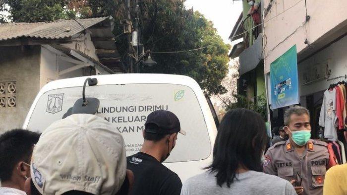 Korban pembunuhan dibawa menggunakan ambulans di Jalan Kelapa Puan RT 010 RW 03, Jagakarsa, Jakarta Selatan pada Selasa (27/7/2021).(KOMPAS.com/WAHYU ADITYO PRODJO)
