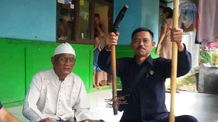 Viral Kakek Duduk di Jalanan Sentul Bogor Bawa Tongkat Paku Disangka Modus Baru, Ini Faktanya
