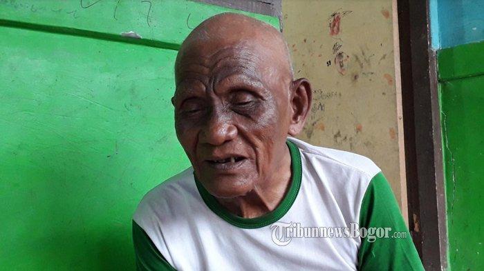 Fakta Viralnya Kakek Duduk di Jalanan Sentul Bogor Sambil Bawa Tongkat, Sempat Disangka Modus Baru