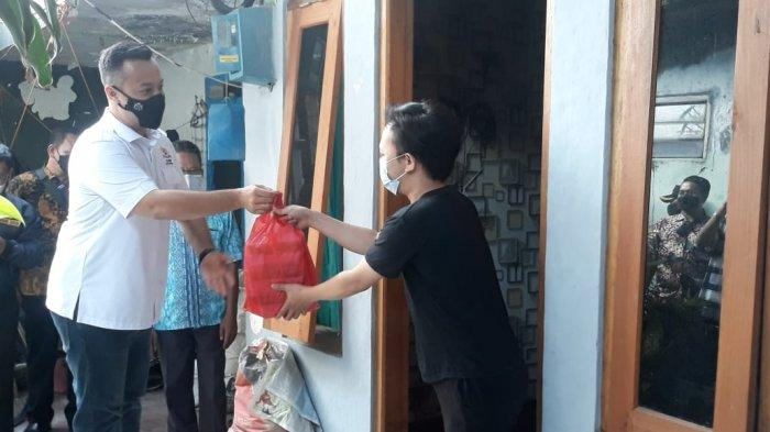Borong Makanan, Ketua Kadin Kota Bogor Susuri Gang Kecil Bagikan Kepada Warga Isoman