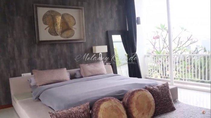 kamar tidur di rumah Boy William
