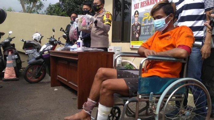 Kapolres Serang AKBP Mariyono saat memperlihatkan tersangka dan barang bukti pembunuhan penjual sayur di Cikande, Serang, Banten.
