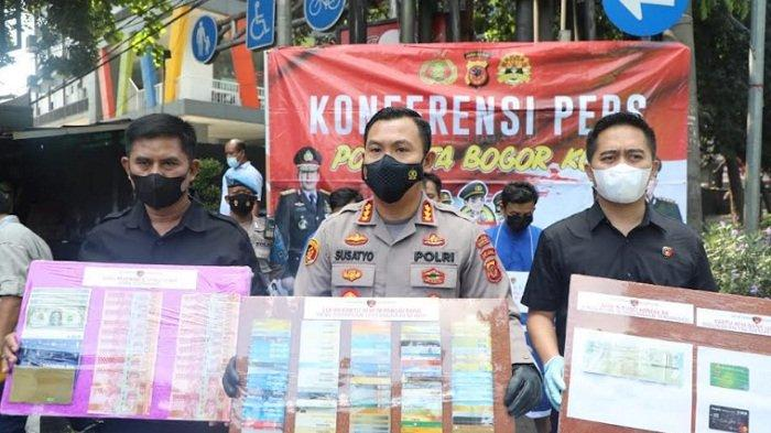 Kapolresta Bogor Kota Kombes Pol Susatyo Purnomo Condro bersama Kasat Reskrim Polresta Bogor Kota memperlihatkan barangbukti hasil kejahatan para pelaku.