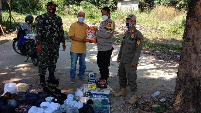 Pedagang Sepi Pembeli Saat PPKM, Petugas Gabungan di Tajurhalang Bogor Beri Sembako