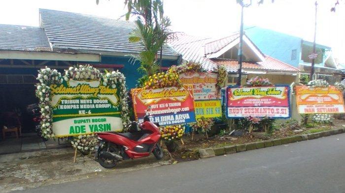 Karangan bunga dari sejumlah tokoh pada HUT TribunnewsBogor.com yang ke-6, di Jalan Kresna Raya No.55, Perumahan Indraprasta, Kota Bogor, Jumat (1/10/2021)