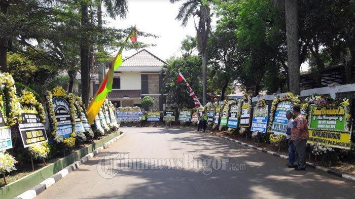 Karangan Bunga Penuhi Kediaman SBY di Puri Cikeas