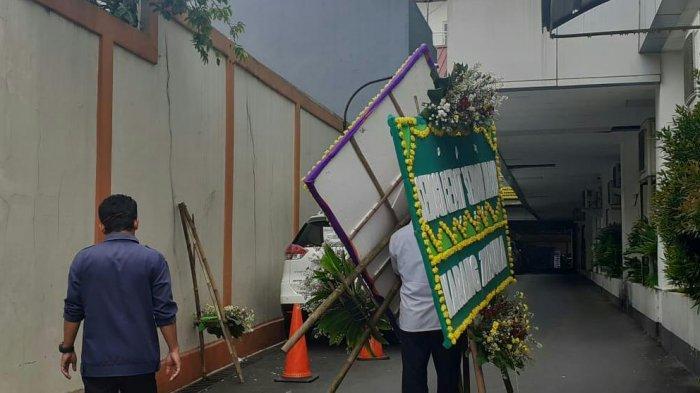 Sempat Terpajang di Depan, Karangan Bunga Ucapan Doa Untuk Habib Rizieq Dipindahkan ke Belakang