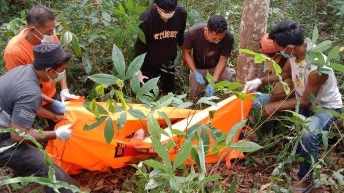 Petugas Kepolisian mengevakuasi korban pembunuhan di Kabupaten Indragiri Hulu. Korban ditemukan tewas di kebun karet di Desa Batu Gajah, Kecamatan Pasir Penyu, Kabupaten Inhu pada Kamis (12/11/2020)