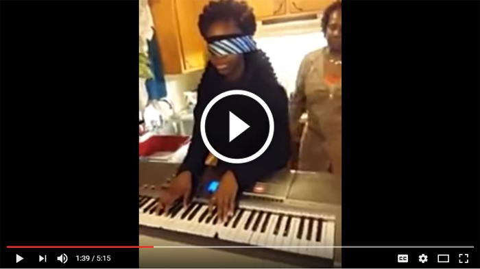 VIDEO -- Lihat Kemampuan Gadis Ini Menyanyi Sambil Main Piano, Bikin Terpana