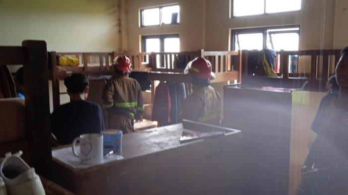 Satu gudang tempat penyimpanan barang-barang siswa di lantai atas Asrama Ikhwan Sekolah Cendikia Baznas di Kampung Cirangkong, Desa Cemplang, Kabupaten Bogor, Jumat (30/7/2021) hangus dilahap si jago merah.