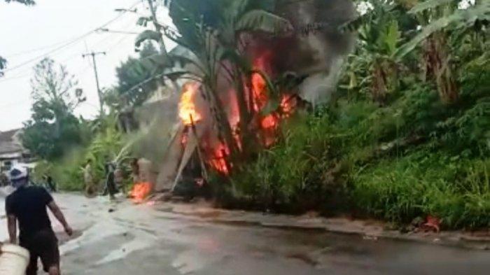 Api Menyambar Saat Tambal Ban Motor, Kios Bensin Eceran di Leuwiliang Bogor Hangus