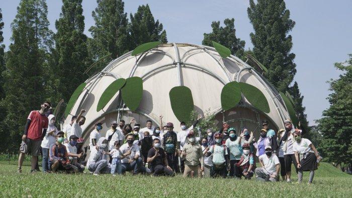 Pecinta Lingkungan Bersihkan Sampah di Kebun Raya Bogor