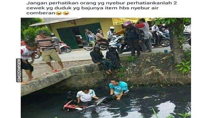 Foto Evakuasi Motor Ini Jadi Perbincangan, Perhatikan 2 Wanita yang Duduk Di Samping Got