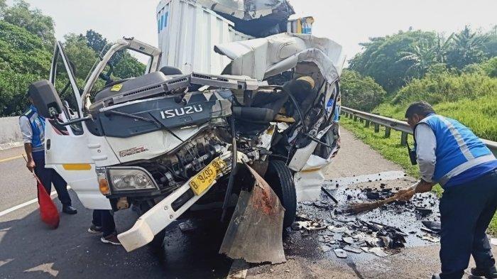 Kecelakaan di Tol Cipularang, Mobil Box Ringsek Usai Menghantam Dump Truk