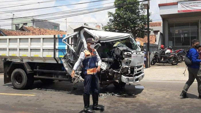 Kecelakaan di Jalan Raya Cibanteng Bogor, Sopir Sempat Terjebak Dalam Truk