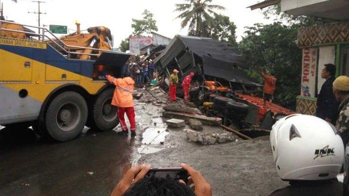 Rem Blong, Truk Fuso Tabrak Warung Makan di Jalan Raya Bogor-Sukabumi, 2 Orang Tewas