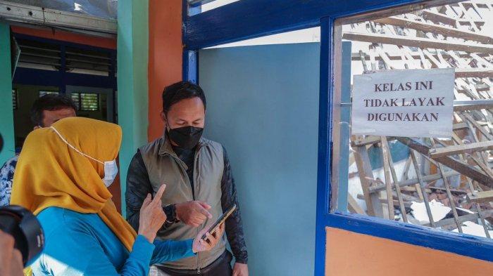 Wali Kota Bogor Bima Arya meninjau Sekolah Dasar Negeri (SDN) Otista yang atapnya di beberapa ruangan kelas ambruk, Jumat (17/9/2021).