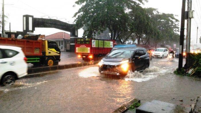 Hujan Deras, Lalu lintas di Jalan Raya Parung Bogor Tergenang Air