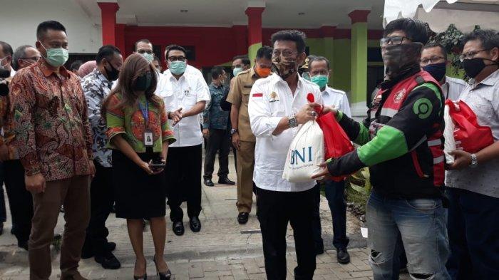 Satu Hari Jelang PSBB di Kota Bogor, Menteri Pertanian Beri Bantuan untuk Driver Ojek Online