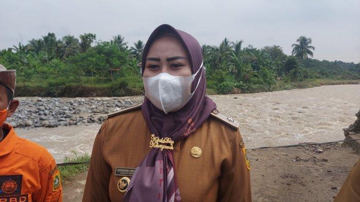 Kepala Desa Kalong Sawah, Nurhasanah saat membeberkan kronologi banjir bandang