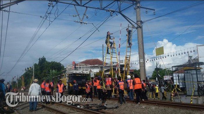 Perjalanan Commuter Line Masih Alami Gangguan Paska Anjlok, Petugas Perbaiki Listrik Aliran Atas