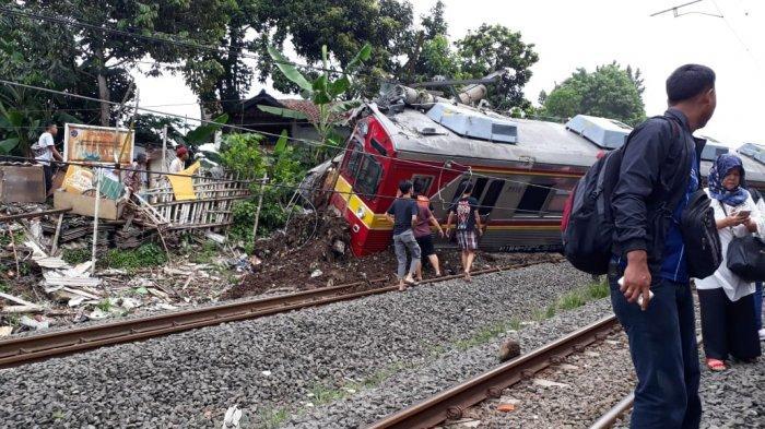 Video Penumpang Keluar Dari KRL Commuter Line yang Anjlok di Bogor, Berjalan Lewati Kabel Listrik