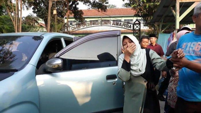 Jenazah Tiba di Rumah Duka, Istri dan Ibu Almarhum Bripka Suranto Menangis Histeris